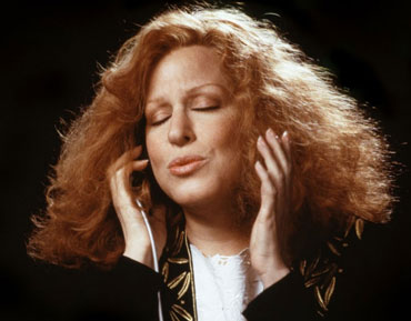 Bette-Midler-The-Divine-Miss-M-singer-actor-ingolden.gr