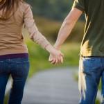 Γιατί οι γυναίκες κρατούν το αριστερό μπράτσο του άντρα όταν περπατούν;