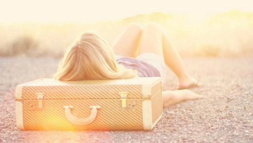 epeidi-einai-anoiksi-dealway.gr-ingolden.gr-girl-suitcase-