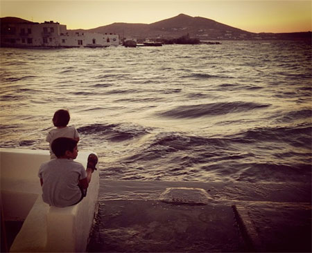 Στην Πάρο, σαν να μην πήγα• αυτά τα παιδιά όμως μου θύμισαν τον τρόπο να θυμάμαι• θυμίζω, θυμάμαι• το ένα μου το χάρισες, το άλλο σ' το χαρίζω