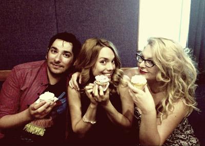 Με Γεράσιμο και Μαριέττα στο στούντιο μασουλώντας cupcakes μου..