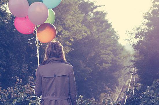 aksizei-ton-kopo-Ingolden.gr-quotes-life-woman-baloons