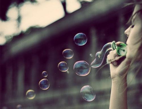 i-zoi-einai-xara-inGolden.gr-bubbles-blue-woman-girl