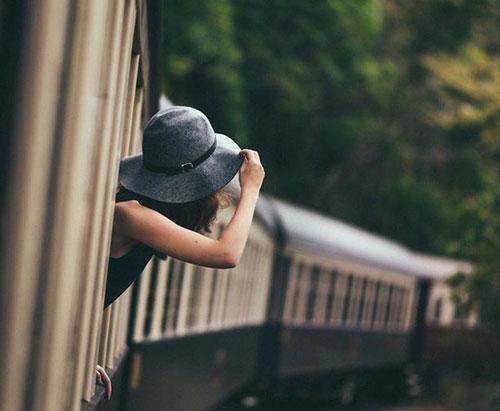 to-treno-tis-zois_inGolden.gr-woman-hat-train-dealway.gr