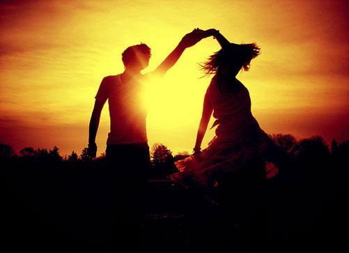 mou-aresoun-ekeinoi-zaratoustra-ingolden.gr-life-couple-dance-night-star-moon-gold-orange