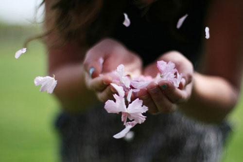 mou-aresoun-ekeinoi-zaratoustra-ingolden.gr-life-woman-flowers
