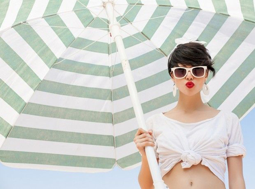 To-savoir-vivre-ths-paralias-umbrella-woman-red-lips-sun-sea-beach