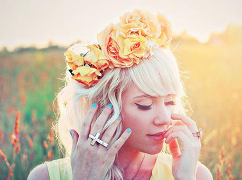eisai-ola-ekeina-ingolden.gr-woman-flowers-quotes-xemingouei