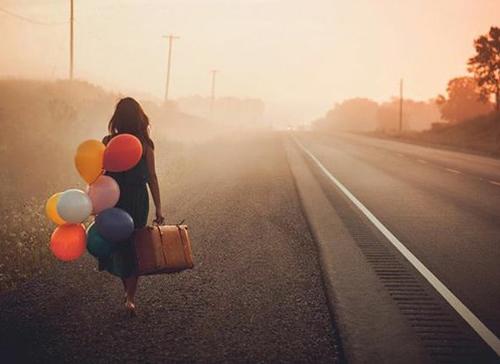 me-tin-kardia-ingolden.gr-ballons-woman-suitcase-heart-colors-sunrise