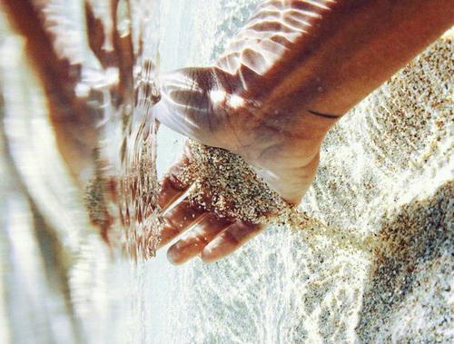 oi-apoleies-ingolden.gr-hand-sea-ritsos-quotes-sand