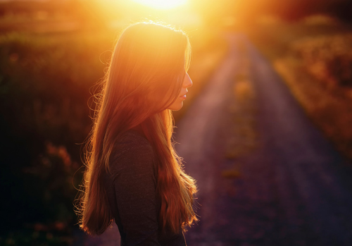 prin-boreseis-na-ziseis-woman-sunrise-ingolden-gr-500