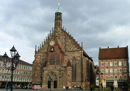 nyrembergh-mia-mageytikh-polh-frauenkirche-ingolden-gr