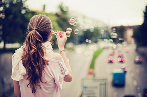 oi-synepeies-ingolden-bubbles-woman-girl