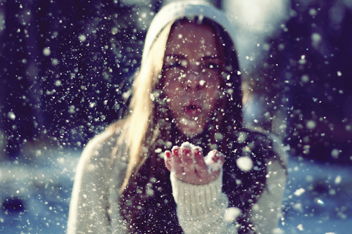 mi-xexasteis-ingolden-gr-woman-rain-snow-hands-hut-sun-winter