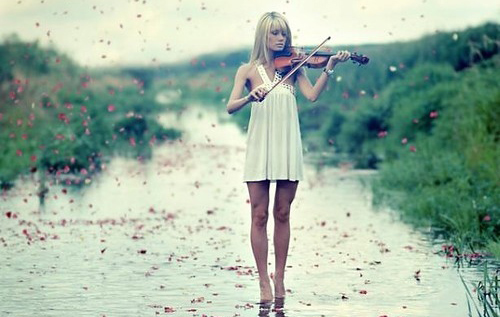 o-enthousiasmos-quotes-woman-violin-sea317