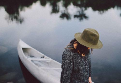 gia-na-to-sinantisete-ingolden-gr-boat-woman-hut-sea-swimm