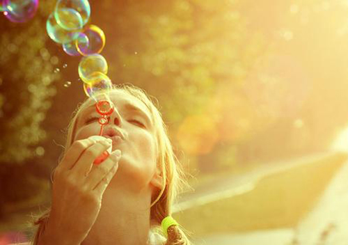 deikse-aisiodoksia-ingolden-gr-woman-girl-bubbles-colors-yellow-day-happy