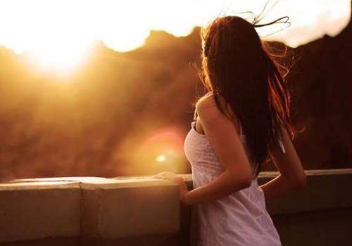 spoudaia-sfalmata-ingolden-gr-woman-sunrise