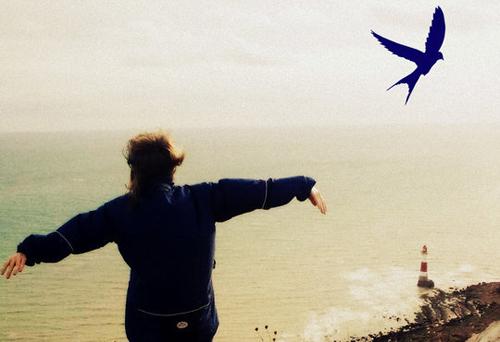 ekeino-pou-fovasai-ingolden.gr-bird-woman-girl-sea