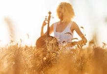 ta-pragmata-allazoun-ingolden.gr-woman-music-quitar