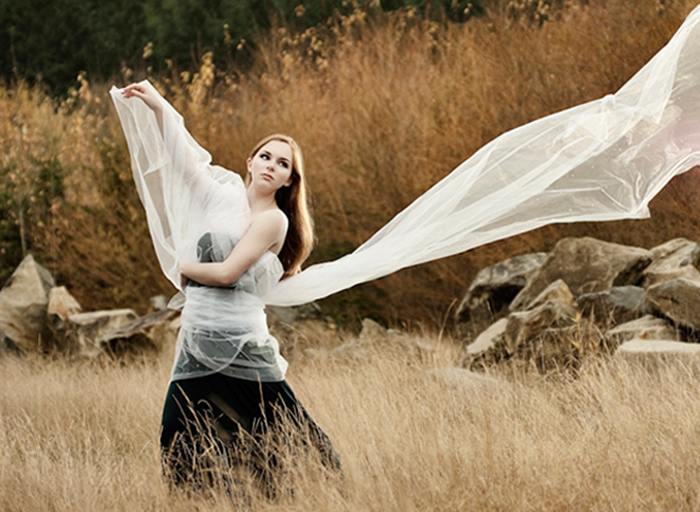 STO-IDIO-SIMEIO-QUOTES-INGOLDEN.GR-WOMAN-WIND-GREEN-FLY