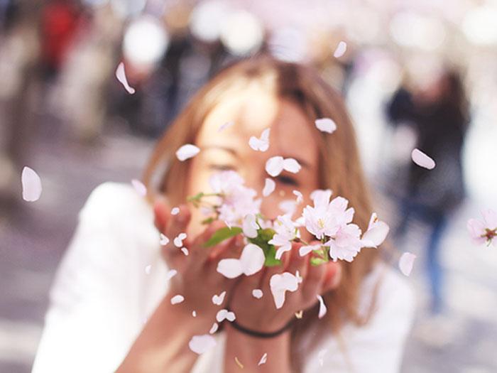 DIASKEDASE-TO-INGOLDEN.GR-WOMAN-WIND-FLOWER-STARDUST-BLOW-WHITE-DAY