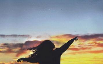 MIA-EYKAIRIA-SAN-DAWN-COLORS-BLUE-ORANGE-WOMAN-SKY-LIFE-QUOTES-INGOLDEN.GR