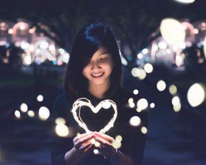 na-skeftesai-me-tin-kardia-heart-rose-ingolden.gr.jpg=woman-kardia-laugh-lights