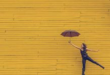 I-EROTISI-INGOLDEN.GR-WMAN-UMBRELLA-YELLOW-FLY-FREEDOM